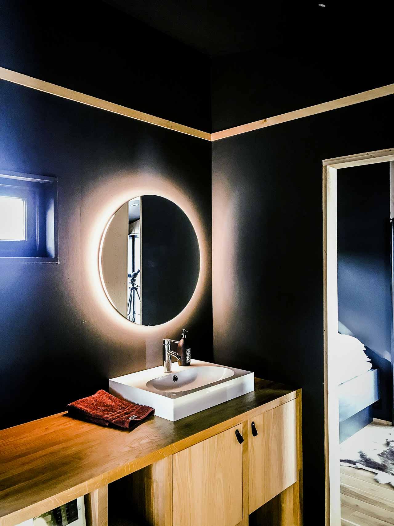 Reklamefotograf med baggrund som dekoratør.