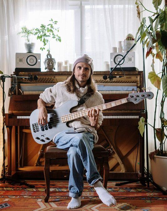 musiker med en bass